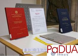 tavolino con le tesi cartacee e logo di Padua@Thesis